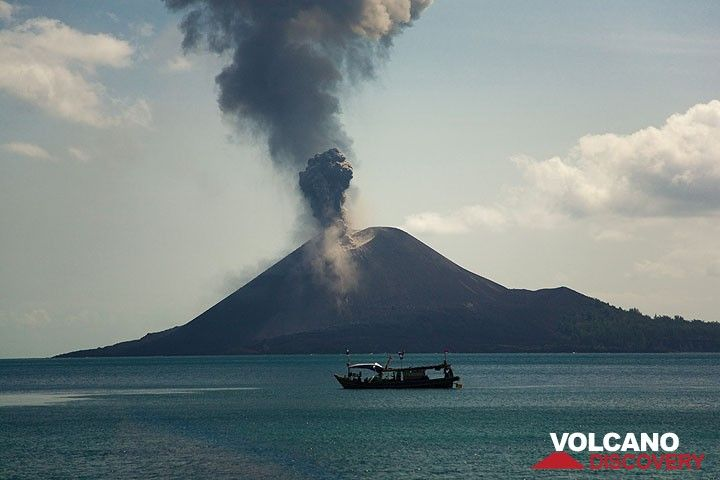 The absense of wind lets the ash plumes rise vertically above the crater of Krakatau. (Photo: Tom Pfeiffer)