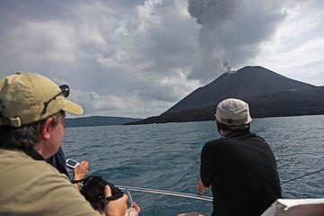 Wir nähern uns dem Anak Krakatau. (Photo: Tom Pfeiffer)
