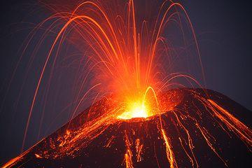 Ein stormbolianischer Ausbruch vom neuen Krater am Abend (4. Juni 09) (Photo: Tom Pfeiffer)