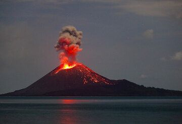 Strombolian activity in the evening of 4 June 2009.  (Photo: Tom Pfeiffer)