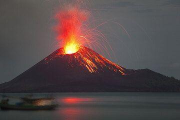Der ausbrechende Krakatau von der Insel Rakata aus gesehen. (Photo: Tom Pfeiffer)