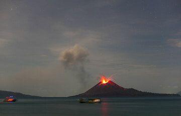 Fischerboote in der Kaldera vor dem ausbrechenden Krakatau am Abend des 4. Juni 09. (Photo: Tom Pfeiffer)