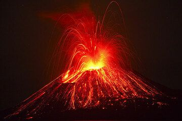 Ein nächtlicher ausbruch übersäht den ganzen Kegel mit glühender Lava. (Photo: Tom Pfeiffer)