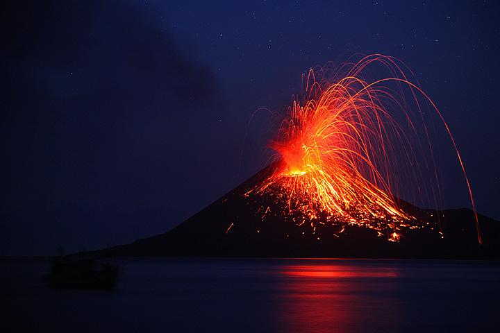 Die kräftigsten Ausbrüche werfen Bomben bis weit über den alten Kraterrand hinaus. (Photo: Tom Pfeiffer)
