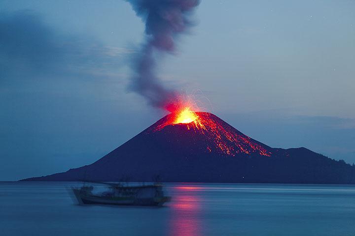 Eine Nacht voller Feuerwerk des Anak Krakatau endet. (Photo: Tom Pfeiffer)