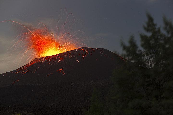 Ausbruch bei Mondschein, beobachtet von Anak Krakatau am frühen Morgen des 7. Juni 09. (Photo: Tom Pfeiffer)