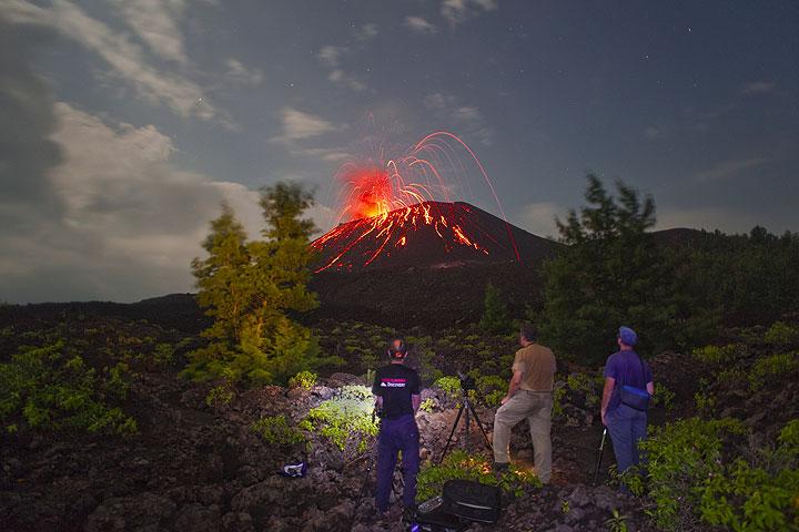 Markus, George und Marco beobachten die spektakuläre Tätigkeit des Anak Kraktau in der Nacht vom 6.-7. Juni. (Photo: Tom Pfeiffer)