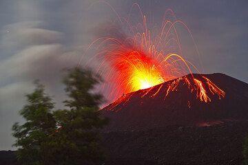 Heftige strombolianische Tätigkeit im Mondlicht von Anak Krakatau aus beobachtet. (Photo: Tom Pfeiffer)