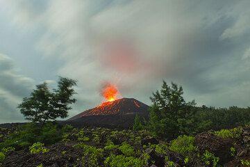 Weitwinkelaufnahme der Landschaft am Fuß des Kegels des Anak Krakatau. Die Szene ist vom Vollmond beleuchtet. (Photo: Tom Pfeiffer)