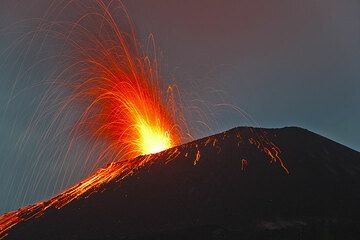 Wonderful strombolian activity at Anak Krakatau. Night of 6-7 June 09. (Photo: Tom Pfeiffer)