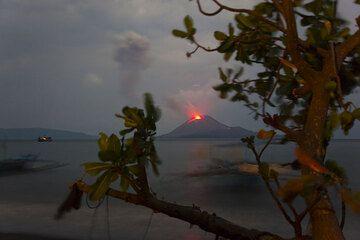 Anak Krakatau Ausbruch 2009 - die Expedition (Photo: Tom Pfeiffer)