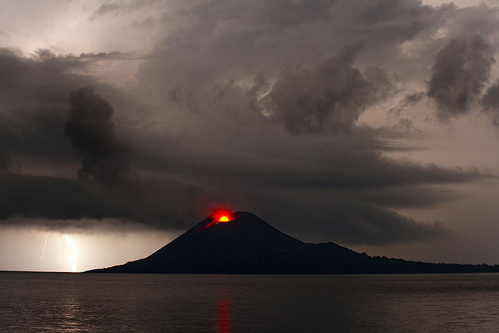 A powerful thunderstorm with lightning hitting Anak Krakatau is approaching from the north. (Photo: Tom Pfeiffer)
