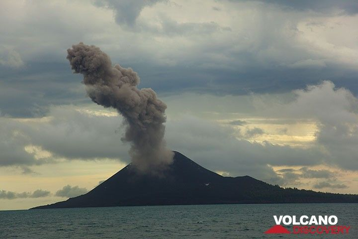 Ash-rich vulcanian-type explosions producing tall ash plumes, were often accompanied by loud bangs. Such powerful explosions seemed to occur in sets of 5-10 events, usually spaced 3-5 minutes, approximately every 6-10 hrs during our observation time from 4-8 June 09.  (Photo: Tom Pfeiffer)