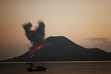 Evening eruption from Anak kraktau (Photo: Tom Pfeiffer)