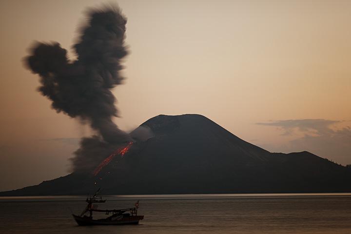 Eruption at dawn (Photo: Tom Pfeiffer)