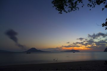 Dawn over Krakatau (Photo: Tom Pfeiffer)