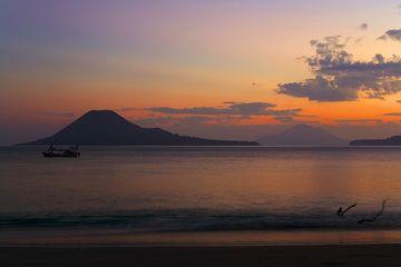 Dawn over Anak Krakatau (Photo: Tom Pfeiffer)