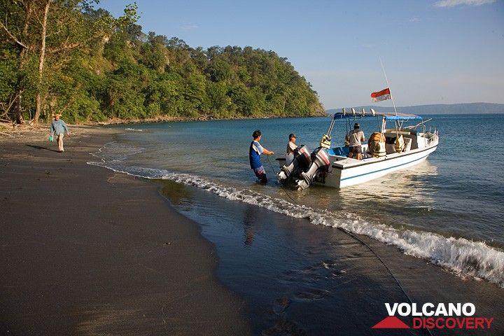Landing on the beach of Rakata (Photo: Tom Pfeiffer)