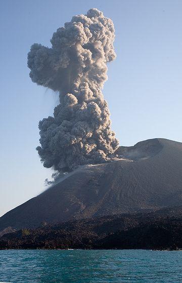 Vulcanian eruption at Anak Krakatau (Photo: Tom Pfeiffer)