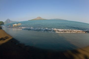 Wide-angle view over the caldera seen from Panjang island (Photo: Tom Pfeiffer)