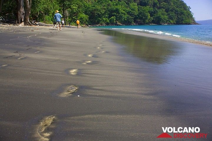 My footsteps on the beach (Photo: Tom Pfeiffer)