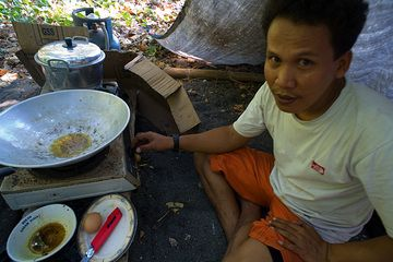 Our cook Anak preparing lunch (Photo: Tom Pfeiffer)