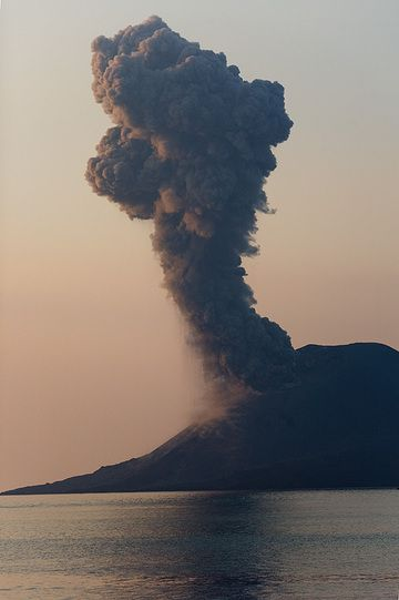 Ash plume from an eruption in the evening. (Photo: Tom Pfeiffer)