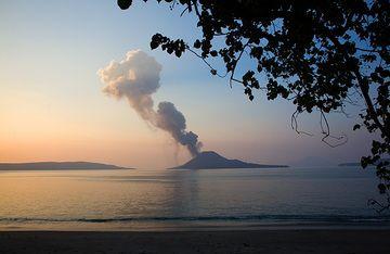 Evening at Krakatau (Photo: Tom Pfeiffer)
