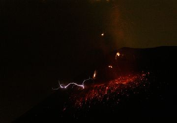Detail of lightning in an ash-rich explosion during the night. (Photo: Tom Pfeiffer)