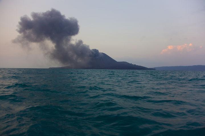 Ash eruption from Anak Krakatau (Photo: Tom Pfeiffer)