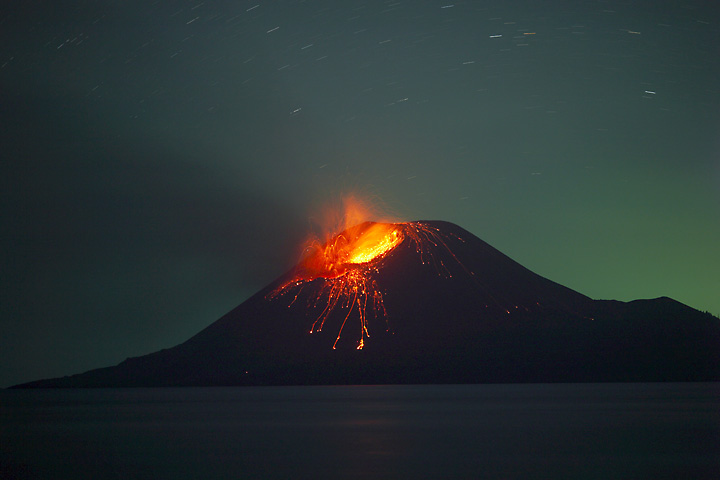 Long expure shot of an eruption at night. (Photo: Tom Pfeiffer)