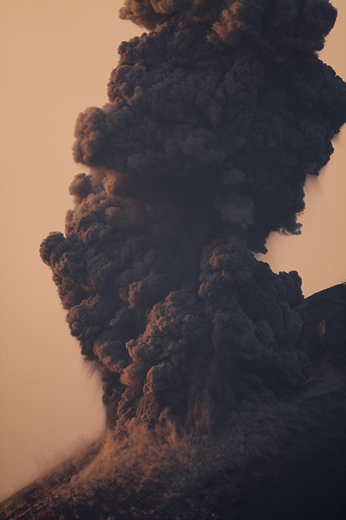 Strong ash plume after a vulcanian explosion. (Photo: Tom Pfeiffer)