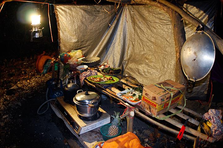 Our kitchen on Rakata island (Photo: Tom Pfeiffer)