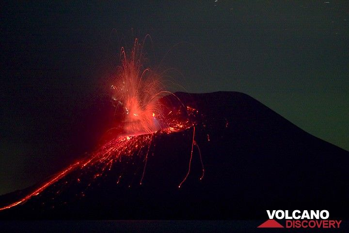 Night-time eruption with many small lightnings in the eruption plume. (Photo: Tom Pfeiffer)