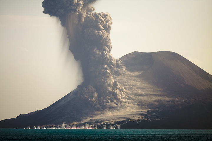 Powerful vulcanian explosion. Many rocks land in the water. (Photo: Tom Pfeiffer)