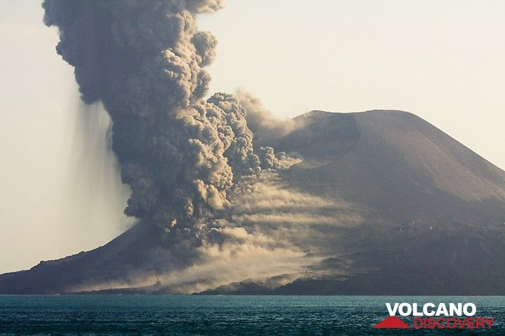 Billowing ash forms after the initial blast. (Photo: Tom Pfeiffer)