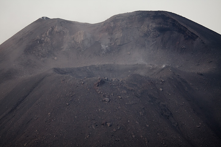 The new crater on the south flank of Anak Krakatau (Photo: Tom Pfeiffer)