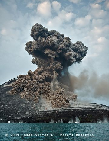 After about 10 seconds, the first blocks impact on the water, while the ash could and the small pyroclastic flows on the flank of the cone expand and develop further. (Photo: Jorge Santos)