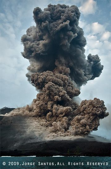 About 15 seconds after the beginning of the eruption, most bombs and blocks have fallen, the ash cloud continues to rise and the pyroclastic flows have lifted off ground. (Photo: Jorge Santos)