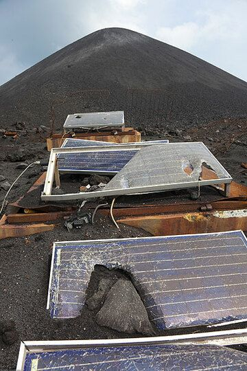 A block hit the solar panel. (Photo: Tom Pfeiffer)