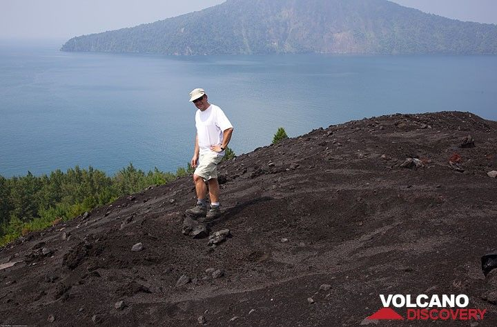Jorge in front of a large impact crater. (Photo: Tom Pfeiffer)