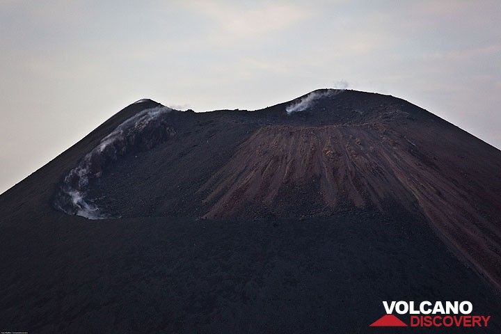 The crater with the new cone resembling a small lava dome has been inactive for many hours. The conduit is effectively sealed, only some fumaroles let small amounts of gas escape. (Photo: Tom Pfeiffer)