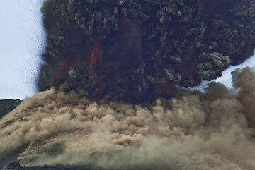 El cráter del cono explota. En un fragmento de un segundo, un denso penacho de ceniza y roca explota es expulsado a gran velocidad; la foto está tomada en la distancia del tiempo de reacción... miles de rocas ya se han ido por encima del marco de la foto. Un sonido potente detonación nos golpea un segundo después. (Photo: Tom Pfeiffer)