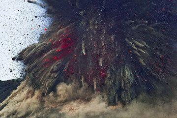 Zoom sull'espansione espulso spina dell'esplosione; soltanto pochi dei blocchi sono in realtà incandescente rossa. Di notte, questo significa che la maggior parte dei blocchi... (Photo: Tom Pfeiffer)