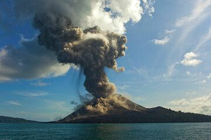 Después de que termine el primer impacto de la erupción, el penacho de ceniza sigue aumentando, llegando a menudo a más de 1 km de altitud. (Photo: Tom Pfeiffer)