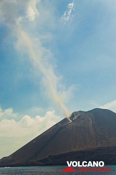 Dust devil above the crater (Photo: Tom Pfeiffer)