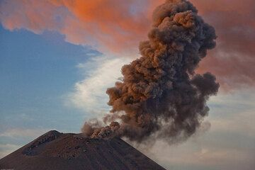 A third, much weaker eruption takes place. In fact, only ash is exiting the crater rim.  (Photo: Tom Pfeiffer)