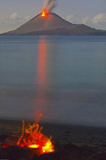 Camp fire on the beach of Rakata (Photo: Tom Pfeiffer)