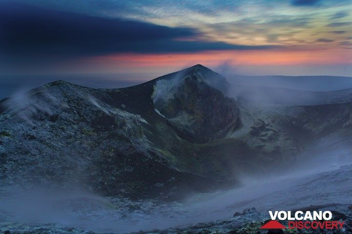 Bluish light starts to fill the crater. (Photo: Tom Pfeiffer)