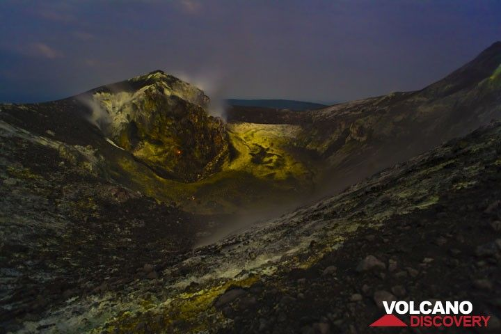 At night, there were a few glowing spots in the wall behind the crater and from a small fumarole at a block in front of it. (Photo: Tom Pfeiffer)